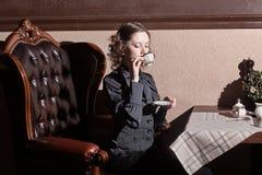 妇女啜饮的茶 库存图片