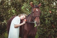 妇女喂养一匹马 库存照片