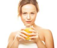 妇女喝橙汁的被隔绝的射击 免版税库存图片