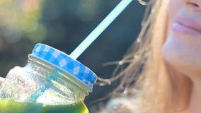 妇女喝着绿色圆滑的人特写镜头 戒毒所的概念,饮食,素食主义,健康生活方式 股票录像