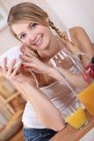 妇女喝 免版税库存图片