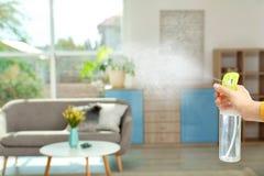 妇女喷洒的空气清新剂 免版税图库摄影