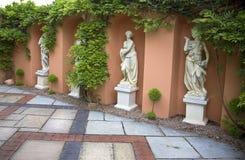 妇女四个雪花石膏雕象  免版税库存图片