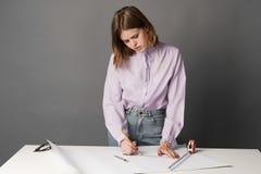 妇女图画计划 一在灰色背景 免版税图库摄影
