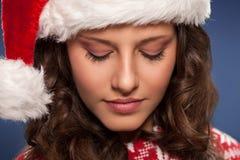 妇女圣诞老人帮手佩带的圣诞节帽子 库存照片