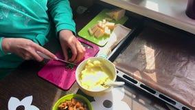 妇女在一个切板的裁减大葱 其次在板材乳酪、土豆泥和油煎的蘑菇 股票录像