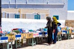 妇女在一个市场上在Houmt El Souk在杰尔巴岛突尼斯 免版税库存图片