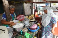 妇女在一个街道厨房里在科伦坡 免版税库存图片