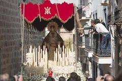 妇女在一个阳台上通过接触圣母玛丽亚的王位的刺绣在棕枝全日期间的 免版税库存图片