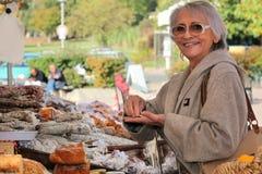 妇女在一个露天市场上 免版税库存图片