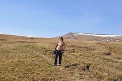 妇女在一个高山高原站立 白种人储备,鲁斯 免版税库存图片