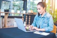 妇女在一台便携式计算机工作在办公室 免版税图库摄影