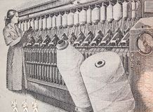 妇女在一台圆环纺丝机的工作在秘鲁100印锑秘鲁货币单位1987年 库存照片