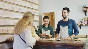 妇女在一家小家庭商店买乳酪 小企业概念 股票录像