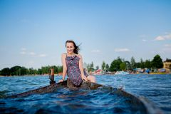 妇女在一条老木小船坐一个大湖Svityaz 夏天的概念 免版税图库摄影