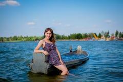 妇女在一条老木小船坐一个大湖Svityaz 夏天的概念 库存照片