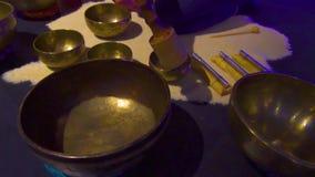 妇女在一间半黑暗的凝思屋子演奏西藏唱歌碗 特写镜头 股票视频