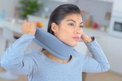 妇女在与外科衣领的痛苦中 免版税库存图片