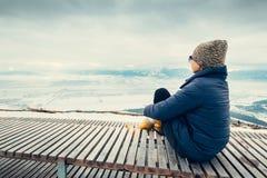 妇女在与山城市冬天panorame的顶视图点放松 图库摄影