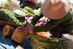 妇女在中国市场上的切口果子 免版税库存图片