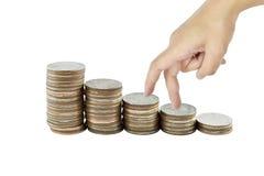 妇女在事务,在白色的硬币的递和现金上涨概念 免版税库存图片