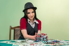 妇女在会集她的困境的赌博娱乐场 免版税图库摄影