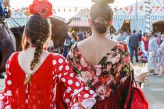妇女在传统服装穿戴了在塞维利亚` s 4月市场 库存图片