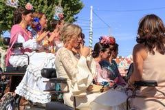 妇女在传统服装骑乘马支架穿戴了 库存图片