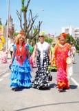 妇女在传统服装穿戴了在塞维利亚的4月市场 库存照片