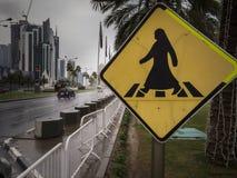 妇女在伯卡行人交叉路签到多哈,卡塔尔 免版税图库摄影