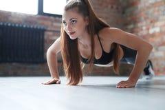 妇女在体操里 免版税库存照片