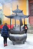 妇女在佛教灵隐寺烧香火,杭州,中国 免版税库存照片