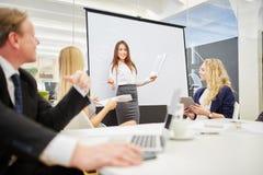 妇女在作演讲的会议 免版税库存图片