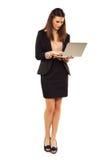 妇女在使用膝上型计算机的Copyspace 免版税库存照片
