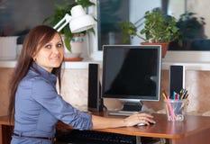 妇女在使用计算机的办公室 免版税库存图片