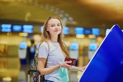 妇女在做自的报到的国际机场 库存图片