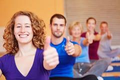 妇女在健身中心藏品 免版税库存照片