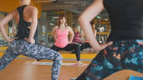 妇女在健身俱乐部显示妇女的瑜伽锻炼 库存照片