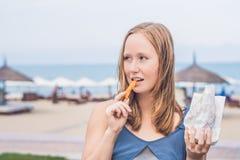 妇女在公园吃油煎的白薯 背景汉堡干酪鸡概念黄瓜深鱼食物油煎了旧货莴苣木三明治的蕃茄 免版税库存照片