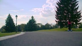 妇女在公园路的乘驾gyroscooter 平衡电电罗经板的自已 影视素材