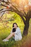 妇女在公园 春天自然乐趣  库存照片