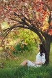 妇女在公园 春天自然乐趣  图库摄影