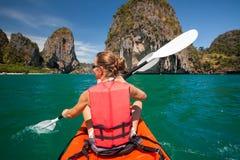 妇女在公海划皮船在Krabi岸,泰国 免版税库存照片