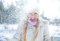 妇女在冬天 免版税库存图片