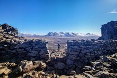 妇女在冰岛享受从北欧海盗堡垒Borgarvirki的废墟的看法 库存照片