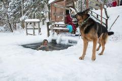 妇女在冰的孔游泳在一个冬天 库存照片