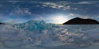 妇女在冰贝加尔湖的蓝色小丘在日落的 球状vr 360 180度全景 图库摄影