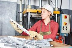 妇女在冶金学车间 库存照片