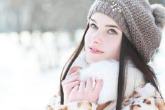 妇女在冷的晴朗的冬天 免版税库存照片