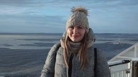 妇女在冻结的海景穿破 股票视频